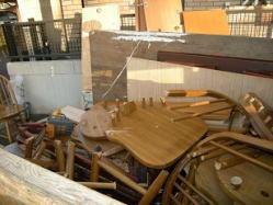 家具は解体して回収します。